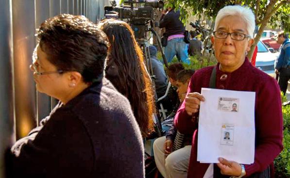 Familiares de víctimas de explosión en Pemex